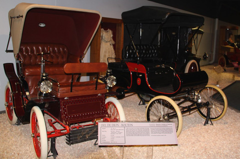 On the Left is a 1901 De Dion-Bouton
